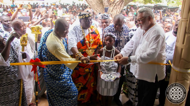 President Rawlings and Togbe Sri cut the tape to commission the new community centre